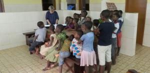 Elke und Kinder musizieren